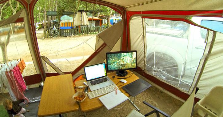 Kancelář v přístřešku u karavanu