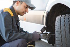 Výměnu pneumatik karavanu zvládnete s vybavenim i sami, někdy je ale lepší svěřit to do rukou profesionálů.
