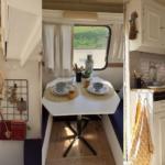 Rodinný projekt: během lockdownu nezaháleli a proměnili starý karavan v útulné letní sídlo